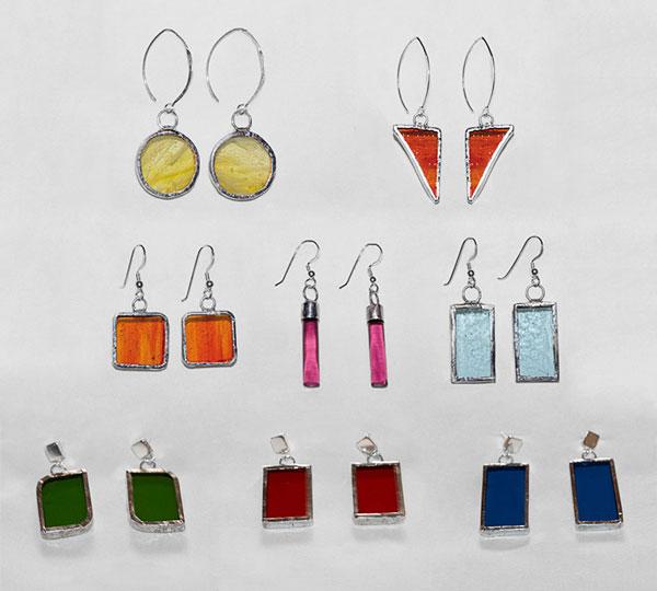 Pendientes de cristal, estañados, con cierre de plata de diferentes formas y colores.